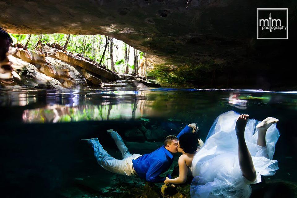 * Cenote couple kiss in romantic underwater fantasy-world