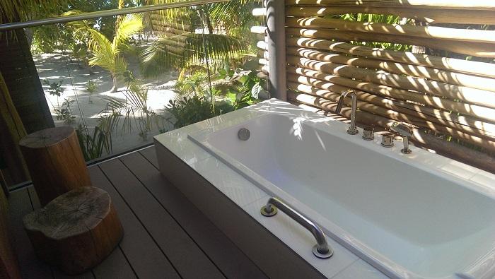 Brando outdoor bathtub