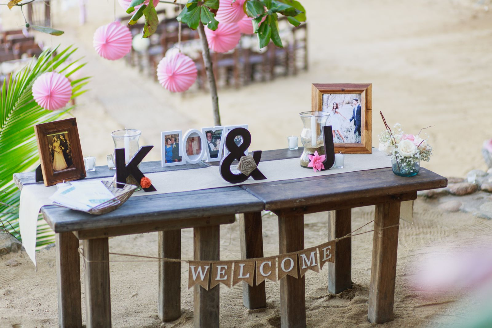 welcome table with pink details