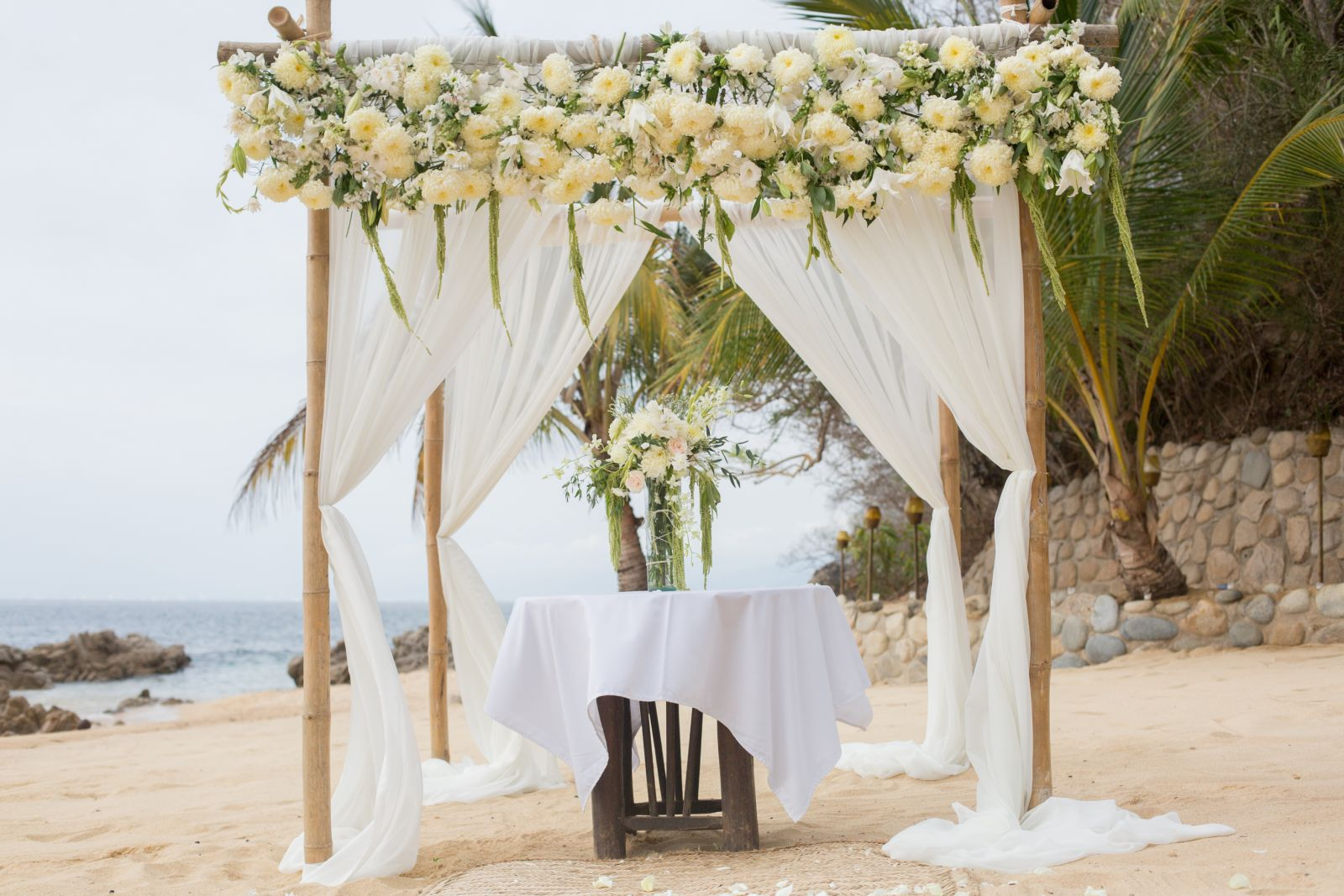 flowers decoraton for the beach ceremony