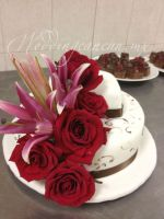 combination of red and pink flowers with white/chocolate cake