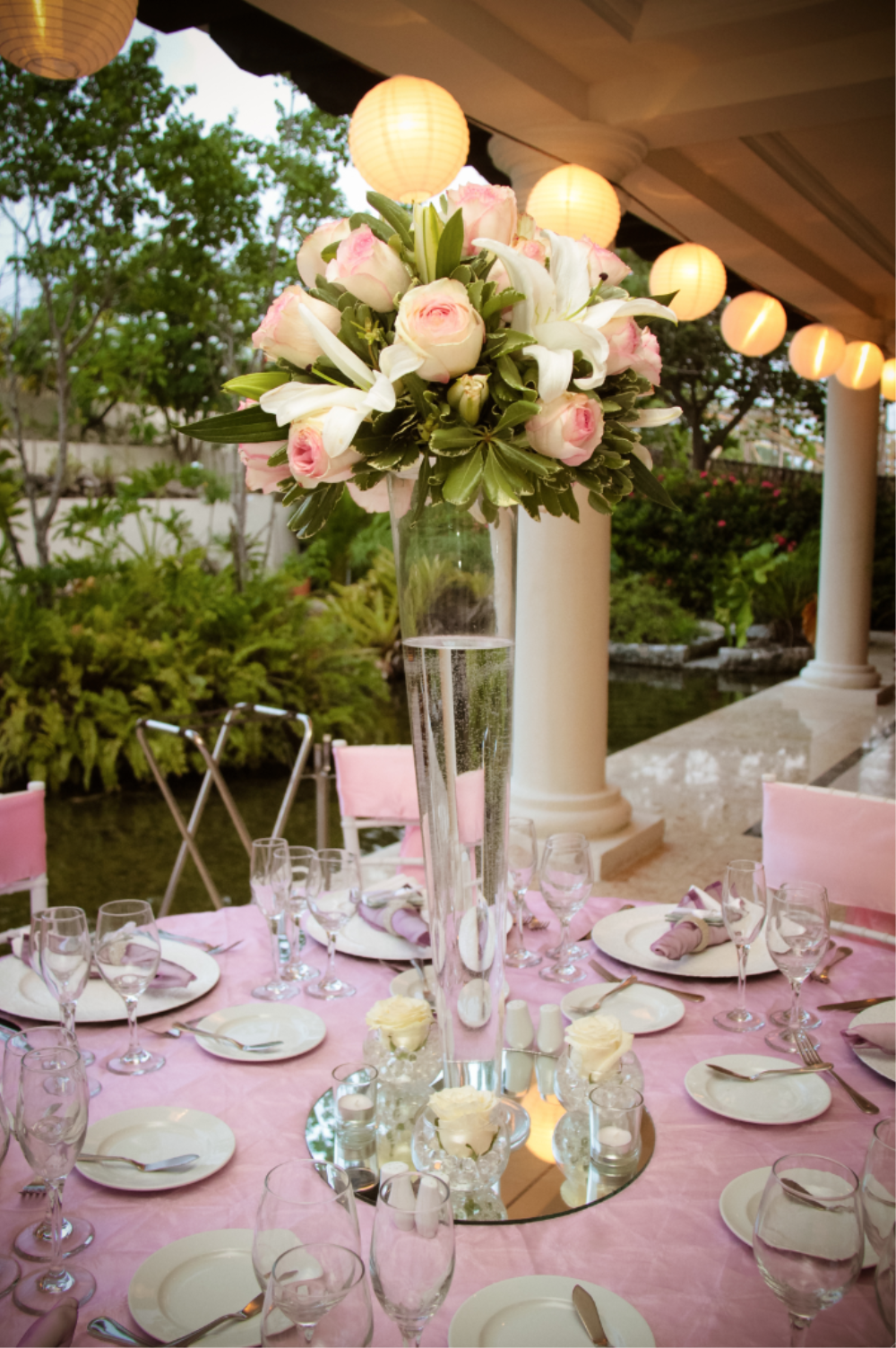 Decorated tables with accents in pink and vanilla white